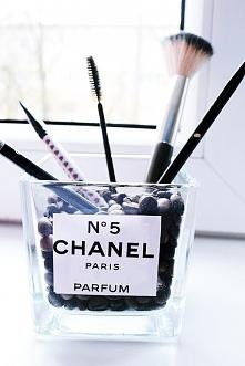 """Zapraszam na post """"Miesięczne DIY #2"""" gdzie zaprezentowałam m.in jak zrobić """"pojemnik"""" Chanel na pędzle i nie tylko ;)  bookwrittenrose.blogspot.com"""