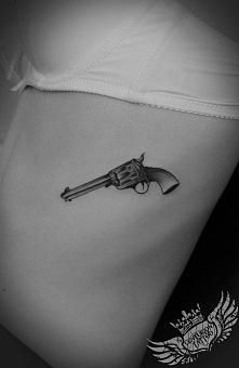 Tatuaż rewolwer ,dziewczyna kruszynka :-) Colt 6 cm