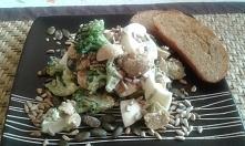 prosta sałatka z brokuła, pieczarek i jajek. z chrupiącymi nasionami i grzankami.