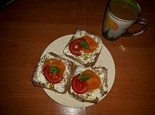 Kanapki z srrkiem twarogowym, pomidorem, kielkami i bazylia