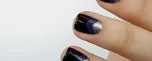 Bazę tego manicure stanowi granatowy lakier z hurtowni Allepaznokcie, One Colour o numerze 32. Na każdy paznokieć nakleiłam naklejkę w kształcie litery V. Końcówki pokryłam czer...