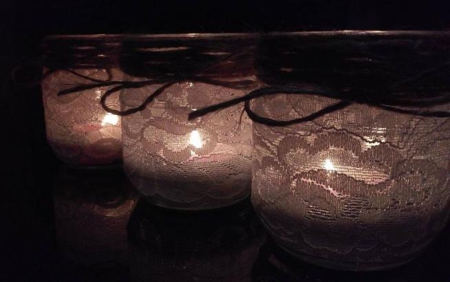 Świeczniki ze słoików po chrzanie, kawałków koronki i sznurka:)