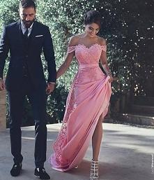 mega zgrabnie wygląda w tej sukience.. nie znam ich, ale wyglądają do pozazdroszczenia ;)