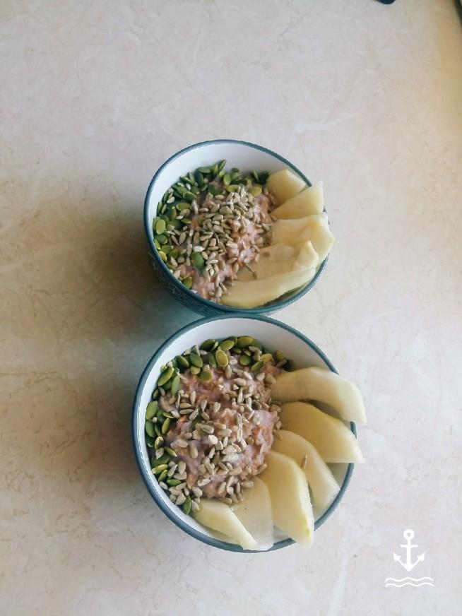 oesanka  płatków owsianych, ryzowych i orkiszowych z nasionami chia słonecznikiem, pestkami  dyni i gruszka