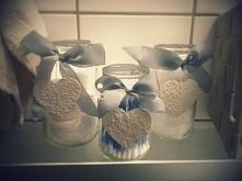 Wykorzystanie słoików do przechowywania łazienkowych drobiazgów takich jak patyczki kosmetyczne, waciki itp :) Do wykonania serduszek użyłam niepotrzebnej wytłaczanki na jajka :)