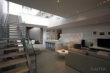 Luksusowe wnętrze salonu z wyjściem na drugą kondygnację. Otwarta kuchnia poł...