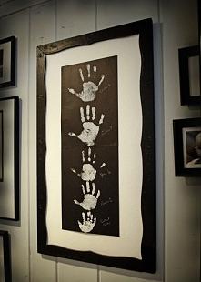 Super obraz rodzinny - łatwy w wykonaniu! Maczamy ręce w białej farbie i odciskamy na czarną namalowaną farbę i obrabiamy w ramkę :) Ciekawe będzie jak świeżo upieczone małżeńst...