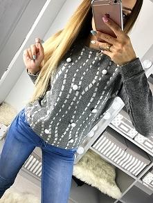 Ciepły sweter z pomponami. Idealny do jeansów lub legginsów. Sweter dobrze sprawdzi się do każdej jesiennej stylizacji. Najmodniejszy w tym sezonie. Wykonany z miękkie ale grube...