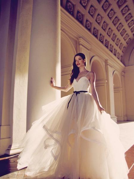Piękna suknia <3   polecana dla Kobietek, które mają większy biust, sylwetkę gruszkę, klepsydrę lub jabłko. Pasek podkreśla talię, a szeroki dół maskuje szersze biodra. Głęboki dekolt w serce eksponuje biust.