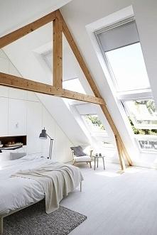 Biała sypialnia na poddaszu, duże okna dachowe, drewniana konstrukcja dachu i...