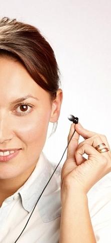Światłoterapia douszna. Przenośne i lekkie urządzenie ze słuchawkami do fotot...