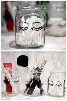 prosty sposób na tanie i stylowe pojemniki na akcesoria do makijażu. Potrzebne są tylko słoiki i marker i voila stylowe pudełka gotowe ;)