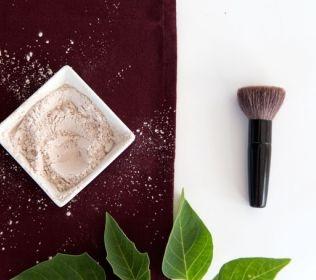 Jak zrobić naturalny puder do twarzy?  Wszystko czego potrzebujesz to skrobia (ziemniaczana lub kukurydziana) i odrobina kakao (jeżeli chcesz aby twój puder miał bardziej żółtawy odcień, dodaj odrobinę kurkumy)