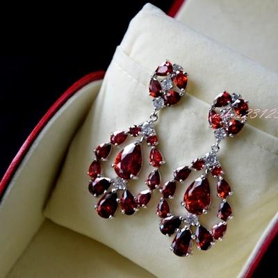 śliczne kolczyki idealne dla przyszłej Panny Młodej jak i na eleganckie przyjęcia lub spotkania.  Opis : Materiał : stop jubilerski platerowany białym złotem (GP) rodowany (RP) Kolor : srebrny Rodzaj kamieni : wysokiej jakości sztuczny Szwajcarski diament ( bardzo zbliżony do prawdziwego) klasy AAA+ . Twardość w skali Mohsa 8-9 ( kryształki Swarovskiego : 6-7, prawdziwe diamenty 10) Sposób mocowania kamieni : ręczne w zaczepach  Kolczyki nie czarnieją, ani nie uczulają- idealne dla alergików Nie zawierają niklu, litu, ani ołowiu  WYSOKA JAKOŚĆ- GWARANCJĄ ZADOWOLENIA :)  Wymiary : największa szerokość: 2,5cm długość : 5cm  Rodzaj zapięcia: sztyft  Cena: 140zł