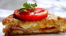 Francuski tost Składniki: 100 g startego sera emmentalera lub gruyere (lub innego ulubionego) 4 kromki chleba tostowego bez skórki 2 grube plasterki szynki 1 rozmącone małe jajk...