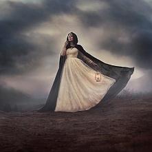 Artystyczna fotografia, ale i tez piękna sukienka :)