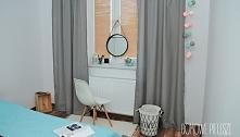 Dekoracja i wystrój sypialni. Żaluzje drewniane, szare zasłony, cottonball.  ...