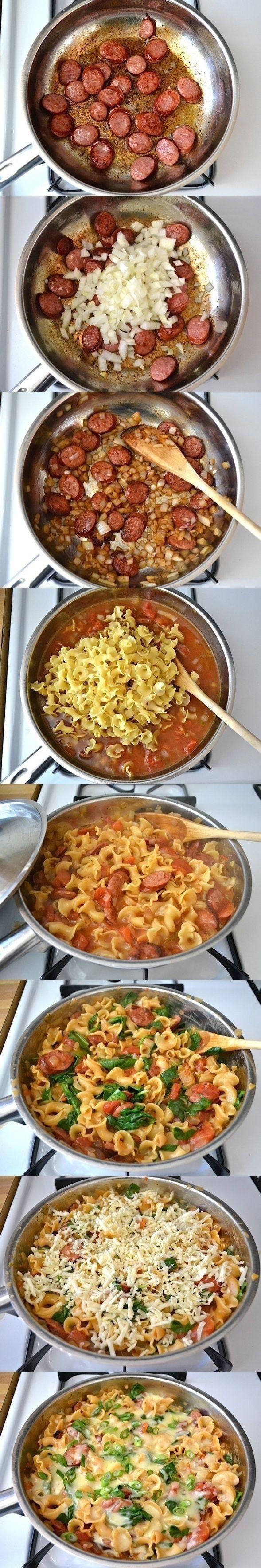 Podsmaż cebulkę, potem dodaj kiełbaskę, zalej pomidorami z puszki i wodą wrzuć makaron wymieszaj przykryj i gotuj na małym ogniu aż makaron zmięknie, na końcu zetrzyj sera przykryj i jeszcze chwilę potrzymaj na palniku ale wyłącz. super smakuje! polecam!