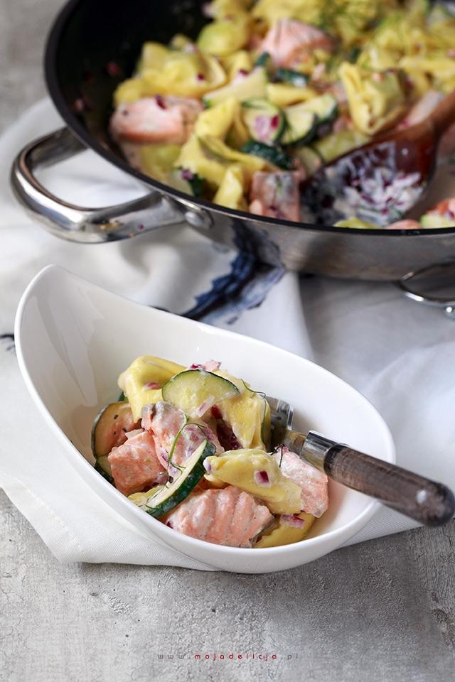 Tortellini z ricottą i szpinakiem w sosie z cukinią i łososiem – danie w 5-10 minut