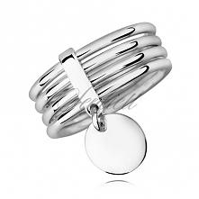 Srebrny 926, widoczny pierścionek z połączonych obrączek z wiszącą blaszką do grawerowania. Pierścionek od Filigree.pl Kliknij w obrazek żeby zobaczyć więcej!