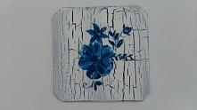 Piękna podkładka pod kubek z niebieskim kwiatem
