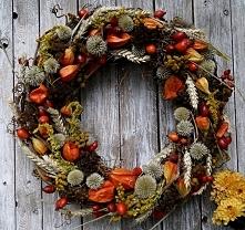 Wianek jesienny. Eko-styl. Materiały: podstawa z gałązek winorośli, owoce dzi...
