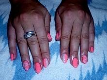 Różowe paznokcie z delikatnym wzorkiem