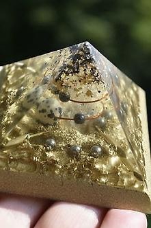 Piękna piramida z sercem z kryształu górskiego jednostronnego z dodatkiem zło...