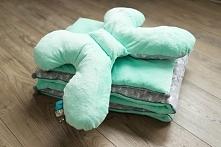 Pikowana kołderka, poduszka płaska + motylek. Wykonane z bawełny we flamingi oraz miętowego plusz minky z haftem. Zapraszamy na strony Misia Zdzisia.