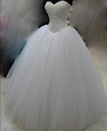 Do sprzedania mam suknie ślubną princeske rozmiar S/M. Posiada regulowany gorset. Suknia z bogato zdobionym gorsetem, jedna warstwa tiulu w delikatnym brokacie. Suknia po czyszc...