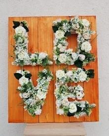 kwiatowe napisy czy też monogramy mogą być ciekawą dekoracją weselną, która potem może stać się dekoracją domu. Można wykonać ją zarówno z kwiatów sztucznych jak i żywych