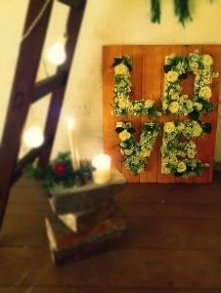kwiatowe napisy jako dekoracja wesela