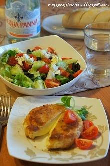 Smażony ser camembert w panierce podany z sałatką grecką:   Pyszny, ciepły, c...