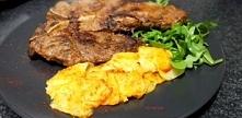 Paprykowy stek T-bone z pieczonymi serowymi ziemniaczkami