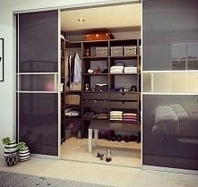 Super garderoba ale ja zrobiłabym tam moją tajną biblioteczkę i zarazem kącik do czytania :)