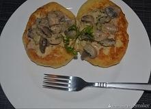 Placki z ziemniaków gotowanych polane sosem pieczarkowym   Składniki      1 kg ziemniaków     2 jajka     2 łyżki mąki     bułka tarta     500 g pieczarek     1 cebula     200 g...