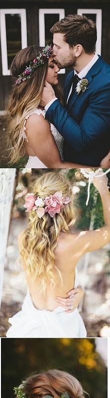 kwiaty we włosach są bardzo dziewczęce i modne. Pasują do sukni w stylu Boho, delikatnych, lekkich, bez tony ozdobień:)