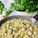 Pulpety z makaronem w sosie pieczarkowo porowym   Składniki:       500 g karkówki     1 jajko     1 cebula     2 łyżki bułki tartej     1 łyżeczka musztardy sarepskiej     0,5 łyżeczki słodkiej papryki     sól, pieprz do smaku     300 g makaronu rurki     1 por     250 g pieczarek     250 ml śmietany kremówki     2 żółtka     sól,pieprz do smaku     olej do smażenie  Przygotowanie:  Mięso zmielić. Cebulę pokroić i zrumienić na oleju dodać do mięsa. Wbić jajko dodać bułkę tartą, musztardę, paprykę, doprawić do smaku i wymieszać. Uformować małe klopsiki, obtoczyć w mące i na patelni w której zrumienialiśmy cebulkę podsmażyć na oleju klopsiki z wszystkich stron. Zdjąć klopsiki i podsmażyć pokrojony por i pieczarki. Po chwili dodać klopsiki i chwilkę podsmażać. Śmietanę zmiksować z żółtkami, doprawić do smaku i wlać na patelnię. Dodać ugotowany al dente makaron i całość gotować aż sos zgęstnieje. Przed podaniem posypać pokrojonym szczypiorkiem.