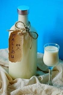 Malibu -zrób sama Ilość: 2 pełne butelki 0,7 l każda Składniki: 250 ml wody+250 ml spirytusu/500 ml wódki, 200 g kokosu, 1 puszka mleka skondensowanego słodzonego, 1 puszka mleka zagęszczonego niesłodzonego, 1 puszka mleczka kokosowego (400 ml) Przygotowanie: Wiórki kokosowe włożyć do słoika o poj. ok. 1 l. Zalać alkoholem. Zamknąć słoik. Zostawić w tej postaci 5-10 dni (im dłużej tym lepiej) każdego dnia potrząsając słoikiem. Przygotować większy garnek. Nałożyć na niego głębszy durszlak. Włożyć do niego gazę lub bardzo cienki bawełniany ręcznik. Wyspać wiórki kokosowe na ręcznik. Zwinąć go i mocno wyciskać alkohol (tu przydałaby się męska ręka, która wycisnęłaby alkohol co do kropli) bezpośrednio do garnka. Wiórki kokosowe pozostawić (przydadzą się do ciasta). Do alkoholu wlać mleko skondensowane słodzone. Wymieszać dokładnie, aby gęsta masa połączyła się z alkoholem w jednolitą konsystencję. Wlać mleko zagęszczone niesłodzone. Wymieszać.Wlać mleczko kokosowe.Wymieszać. Alkohol można dodatkowo przelać przez gęste sitko, aby był jeszcze gładszy bez tłustych grudek mleczka kokosowego.Mocno schłodzić. Podawać solo lub posypane wiórkami kokosowymi.