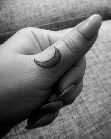 Maluszek - tatuaż księżyc