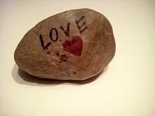 Kamień z napisem 'love'