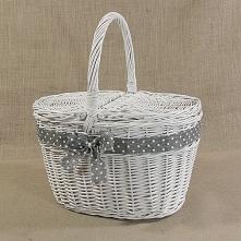 Biały wiklinowy kosz piknikowy zdobiony szarą wstążką w białe grochy