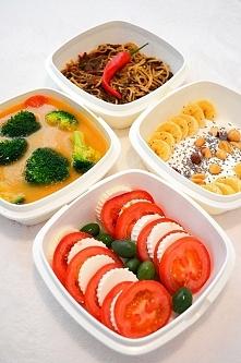 Dzisiejszy Set ok 1400 kalorii. Box 1. Zupa z warzyw z brokułami Box.2 Banan z jogurtem greckim,nasionami chia,orzechami laskowymi i ziemnymi. Box.3 Spaghetti pełnoziarniste w s...
