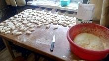 Kopytka zawsze robiłam z mamą, troszkę roboty a dodatkowa para rąk zawsze się przyda :)  Składniki? Ahh! Duuużo ziemniaczków (gotujemy dzień wcześniej zawsze) około 1kg mąki psz...