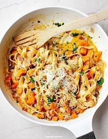 CARBONARA DYNIOWA  Jest to banalny przepis na naprawdę dobre danie. Polecam!  150 g makaronu spaghetti lub tagliatelle 2 łyżki oliwy 125 g boczku wieprzowego 2 ząbki czosnku 300...