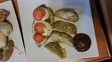 pierś z indyka z mozzarella, bazylia i pomidorem, do tego sos kethupowo - balsamiczny z ziołami i oczywiście pieczone ziemniaki z żółtym serem
