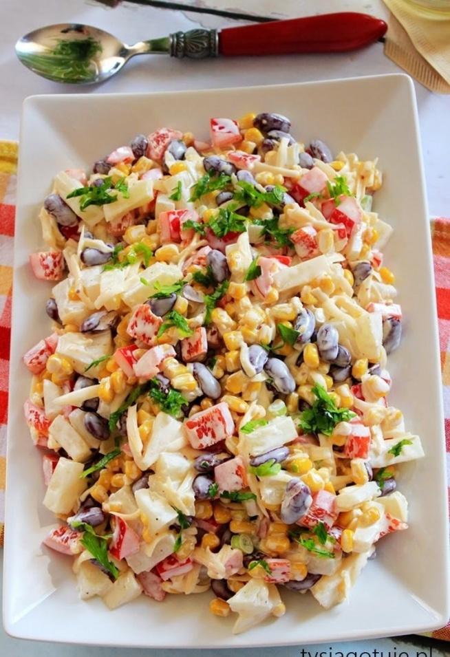 Sałatka meksykańska Sałatka dla niezapowiedzianych gości. Robi się ją szybko co ma dla mnie duże znaczenie, jesienią często miewam gości. Dobrze smakuje i ładnie się prezentuje na stole :)