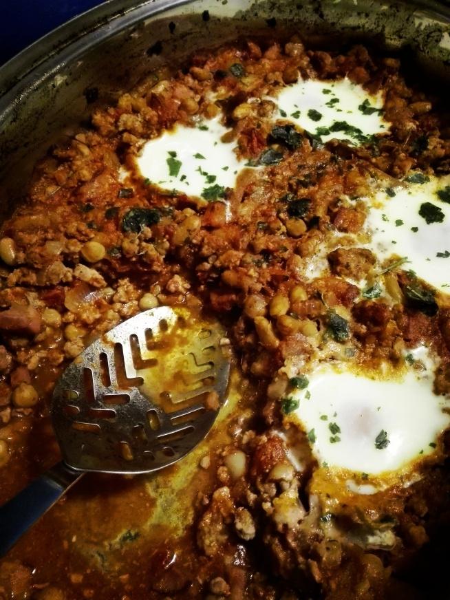 Zapiekanka z mięsa mielonego z fasolą, ciecierzycą i jajkami:)