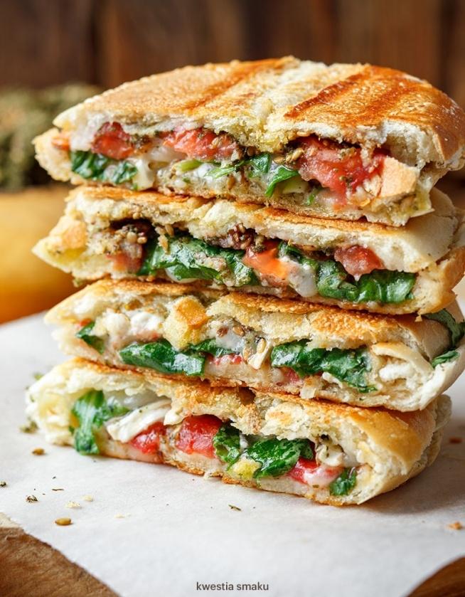 SKŁADNIKI miękkie pieczywo kanapkowe, np. ciabatta, bagietka, kajzerka, bułka paryska masło lub oliwa ZATAR(mieszanka tymianku, prażonego sezamu i sumaku) ser kozi (roladka) pomidor rukola PRZYGOTOWANIE Pieczywo przekroić (w zależności od rodzaju wybranego pieczywa można ugnieść albo wybrać nieco miąższu ze środka aby zrobić miejsce na składniki). Posmarować cienką warstwą masła lub skropić oliwą extra vergine a następnie posypać obficie zatarem. Na jednej połówce pieczywa ułożyć składniki - plasterki roladki koziej i pomidora oraz kilka listków rukoli, doprawić solą. Złożyć kanapkę i opiec w zgrzewarce (opiekaczu do kanapek) do zrumienienia.