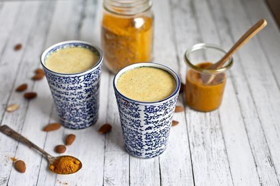 Przepis na złote mleko: Składniki: - szklanka mleka kokosowego lub migdałowego - łyżeczka kurkumy - łyżeczka imbiru - łyżeczka cynamonu - pół łyżeczki oleju kokosowego Przygotowanie: Mleko podgrzewamy na małym ogniu, aż będzie ciepłe. Dodajemy do garnka kurkumę, imbir, cynamon i olej kokosowy. Uważamy jednak, żeby nie zagotować mleka. Mieszamy od czasu do czasu. Odkładamy na kilka minut do przestygnięcia, po czym pijemy. Poprawia nastrój, działa przeciwbólowo i... dzięki niemu mięśnie będą lepiej się regenerować! Złote mleko przygotowywane jest na bazie kurkumy. Jest rozgrzewające, leczy kaszel, gorączkę, podnosi odporność. Dodatkowo ma działania przeciwbólowe, pomaga w zasypianiu, wycisza, poprawia nastrój i świetnie smakuje. Podziel się tą historią Złote mleko Jeżeli szklanka ciepłego mleka z kurkumą nie brzmi atrakcyjnie można również wypić je z kostkami lodu, lub lepiej - możesz potraktować je jako smoothie po treningu. Jako naturalny lek przeciwzapalny, kurkuma może złagodzić bóle mięśni i stawów. Pomaga również przy bólach głowy. Niektóre badanie wskazują, że kurkuma przynosi podobną ulgę do ibuprofenu. Złote mleko jest świetnym napojem do spożycia po intensywnym treningu - kurkuma oraz imbir zwalczają ból mięśni.